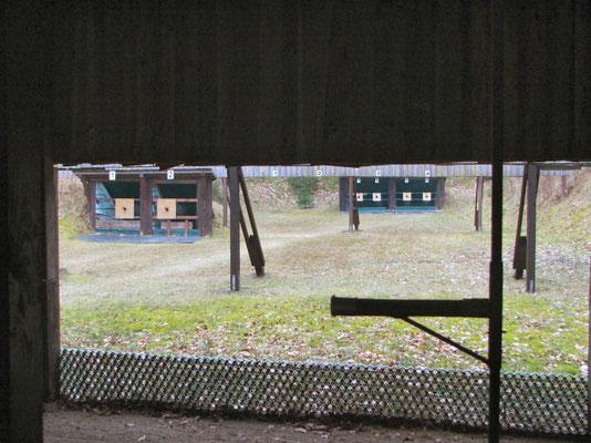 Blick auf die Geschossfänge, links 25m, rechts 50m