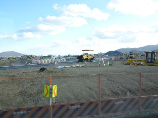 盛り土の上の工事風景