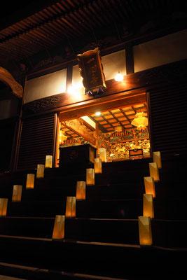 本堂の階段の灯り