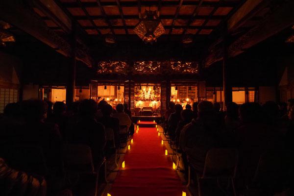 和蝋燭に照らされた堂内