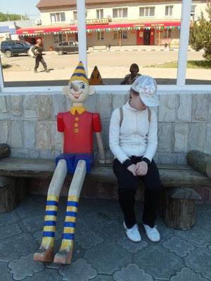 Буратино возле раймага, а Мия тут совсем ни при чём:)