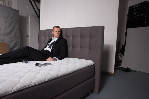 das offizielle james bond double auf unserem boxspringbett. Black Bedroom Furniture Sets. Home Design Ideas