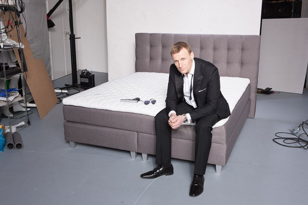 boxspringbett rockstar shooting mit james bond double. Black Bedroom Furniture Sets. Home Design Ideas