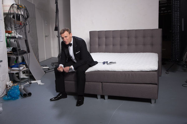 shooting mit james bond double boxspringbett. Black Bedroom Furniture Sets. Home Design Ideas