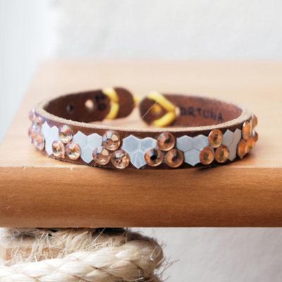 Leder-Gummiring-Halsband, reflektierend und mit Deko. Das sichere KatzerlBytes-Halsband ist geboren!