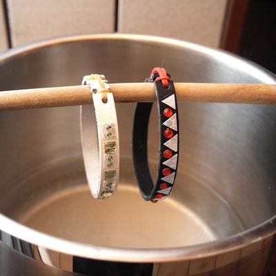 Bevor man denKatzen das Halsband umlegt, empfielt sich eine Bedampfung mit Wasserdampf. Superkleber bindet mit Wasserdampf ab!