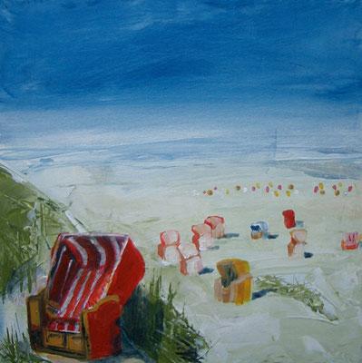 Roter Strandkorb in einer Dünen - mit weiten Blick in die Strandlandschaft