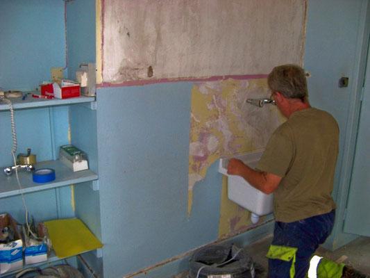 Octobre 2008 - Pose d'un lavabo à l'école