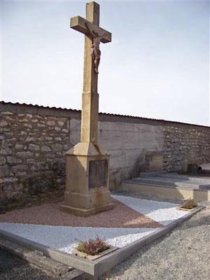 Octobre 2009  - Restauration de la Croix de mission au cimetière