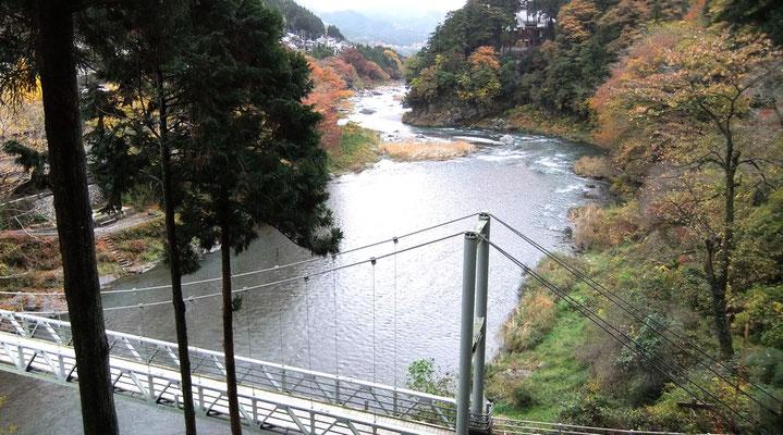 Tamagawa et la passerelle depuis les pentes du Kanzanji