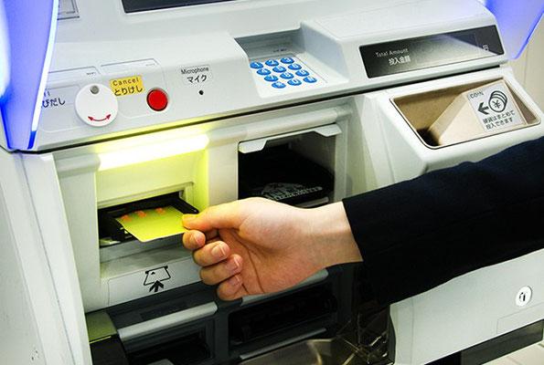 Retirer la carte quand la machine le signale et retirer le reçu s'il a été demandé