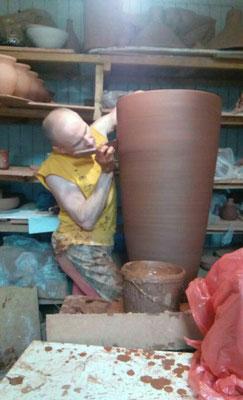 изготовление глиняной посуды, глиняных горшков, гончарная мастерская