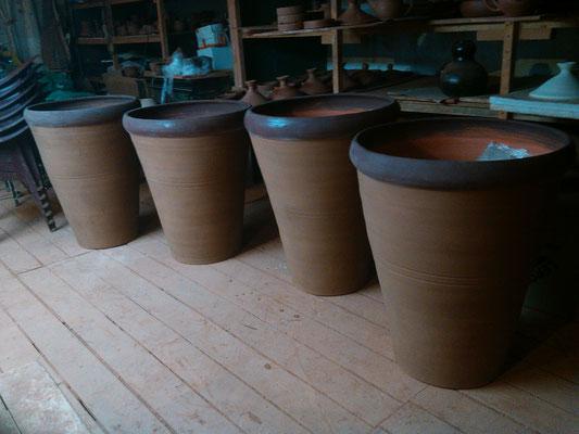 изготовление больших горшков, изделия из глины, гончарная мастерская