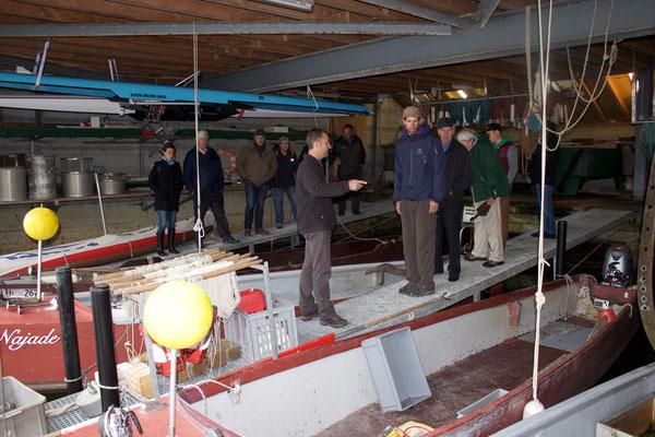 Michael Näpflin zeigte uns die verschiedenen Boots- und Netztypen im Bootshaus