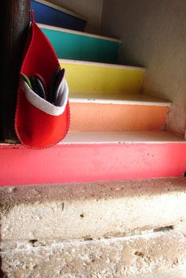 Escalier qui monte aux Orients (arc en ciel de marches en trois époques de matériaux)