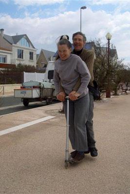 Chantal et Patrick sur la trottinette en front de mer à Chatelaillon