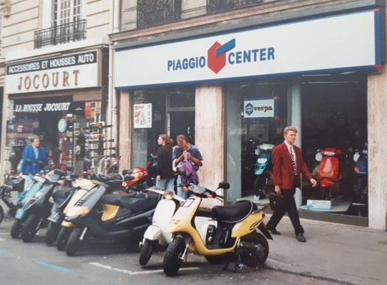 So sah Etoile 1991 aus. Heute heißt der Laden Urgence Scooters . Ihr findet ihn in 10 bis Av de la Grande Armée. Keine 2 Minuten zu Fuß vom Arc de Triomphe (Siehste, ich weiß doch, wie man es schreibt).
