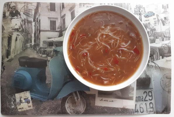 Auf der schönen Unterlage (auch Set genannt) diesmal original Bihun-Suppe. The Diät will rise again!