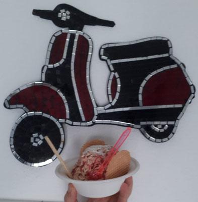 Lecker Spaghettieis. Hab die weiße Eiscreme gegen Caramel ausgetauscht. Das Rollerwandbild stammt vom letzten Urlaub auf Mallorca.