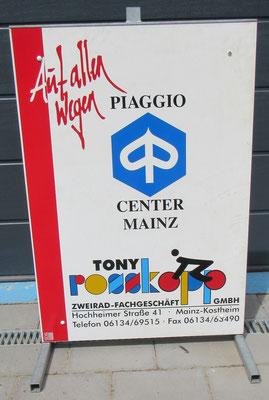 Firmenschildständer vom Piaggio Center Mainz-Wiesbaden. Wurde 2020 aufgelöst. Das Schild steht bei uns aktuell zum Verkauf.