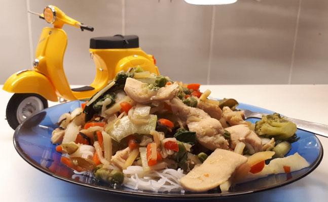 Wok-Mix mit Hähnchenbrust auf Reisnudeln. Viele echte Primavera gingen schon an Sammler aus Asien. Die hier ist ein Fertigmodell von Revell.