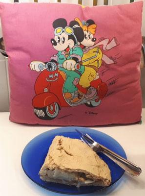 Selbstgemachte Blumenkohl-Calzone aus glutenfreien Buchenmehl. Danach war ich nur noch zu einem Schläfchen bereit. Da kam das Kissen mit Mickey Mouse und Mini von Disney gerade recht.