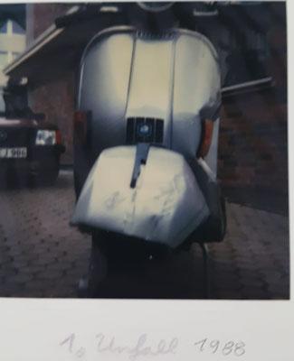 Es gibt noch echte Polaroid-Bilder von meinem ersten Crash 1988. Sah echt böse aus. Die Seitenbacke hat auch einige Dellen. Eigentlich bin ich ja nur auf der Auffahrt umgekippt. Zumindest kann ich mich an mehr nicht mehr erinnern.