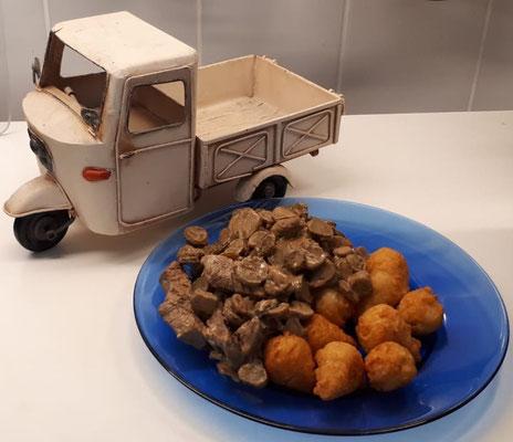 So eine Menge passt nur auf die Ladefläche einer Ape: Stroganoff vom Rind mit röstigen Kroketten.