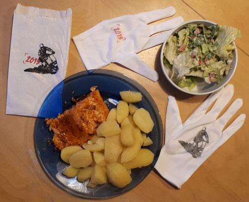 Lecker 1: Ofenlachs mit Kartoffeln und gemischten Salat. Dazu ein Mitbringsel vom Hoffmann-Vespa-Treffen 2015. Bei Interesse abzugeben.
