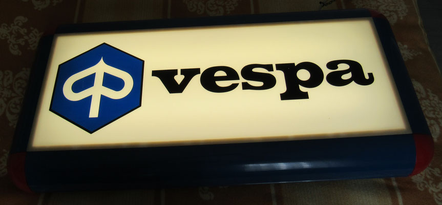 Vespa-Händler-Neon-Reklame. Ein Schmuckstück, zu dem ich dem Vespa Museum Frankfurt verhelfen konnte.