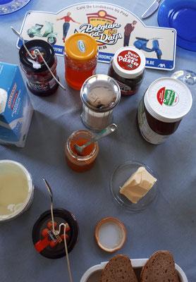 Süßes Frühstück mit Schild der Belgian Vespa Days 2013