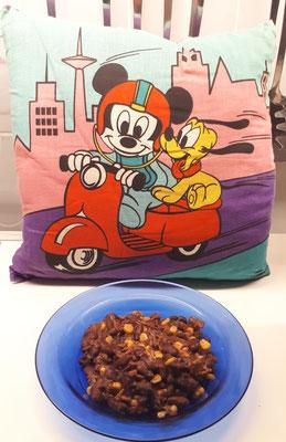 Lecker 2: Chilli con Carne vor dem jungen Mickey mit seinem Pluto.