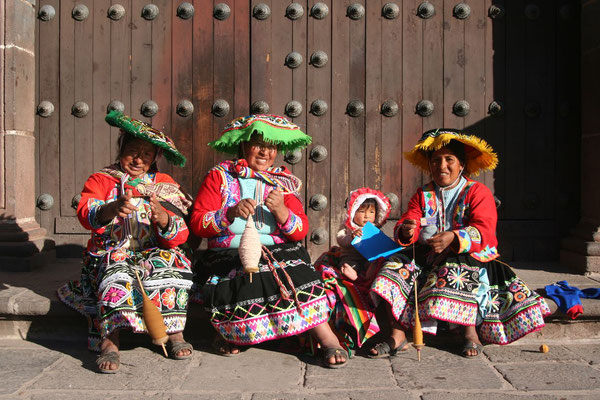 Indigenous women in traditional dress - Cuzco