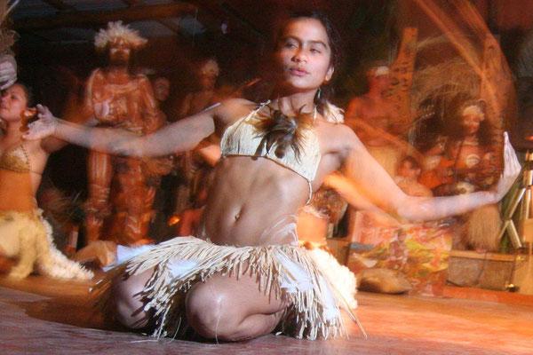 Traditional polynesian Rapa Nui dance - Hanga Roa