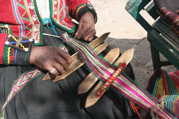Old woman weaving - Cuzco