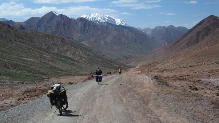 Crossing the border to Kyrgyzstan - Pamir Highway