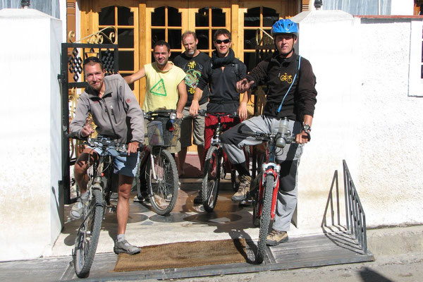 Me, Javi, Hugo, another cyclist and Peter preparing for Khardung La Pass - Leh