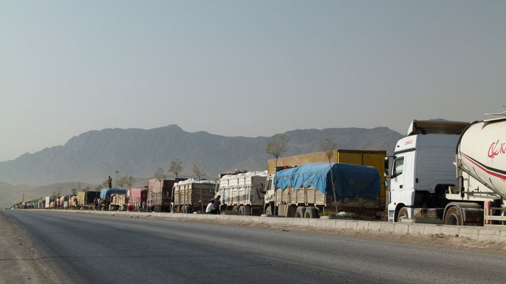 Trucks waiting at Iraq border - Turkey