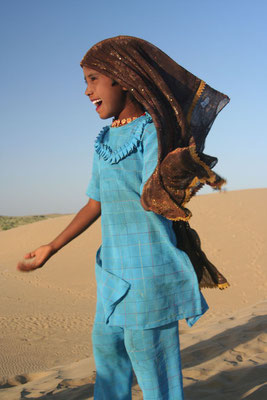 Girl singing - Sam Sand Dunes - Rajasthan