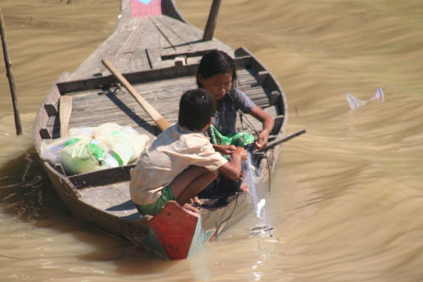 Kids fishing - Sangkae River