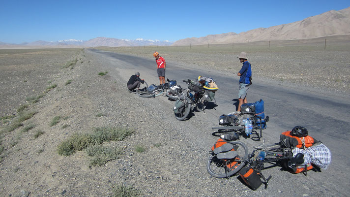 Puncture stop east of Alichur - Tajikistan