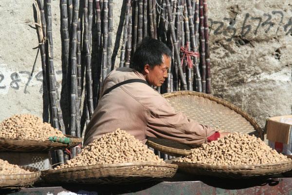 Peanut vendor - Dali market