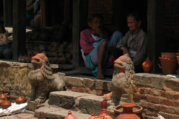 Old Nepali women at Potter´s Square - Bhaktapur