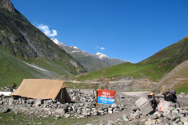 Police checkpoint - West of Drass - Kashmir