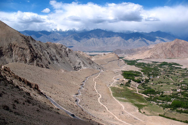 Approaching Khardung La - The world´s highest roadpass - Ladakh