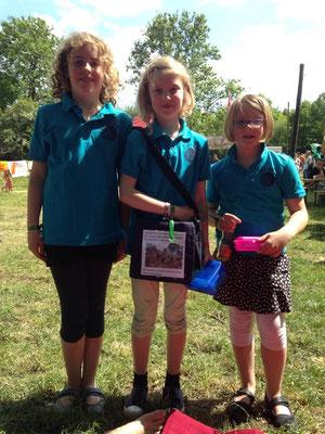 Lotte, Emke und Mimi verkaufen Lose auf dem Cross-Golfturnier in Wietzen, der Erlös geht an unsere Spendenaktion für Nepal