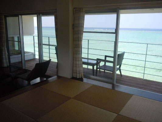 琉球畳に寝転んで、海を眺める・・・
