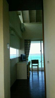 窓の向こうは、テラスと海・・・