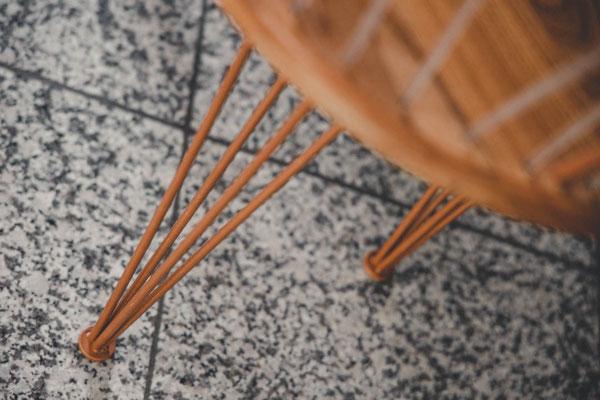 Detailansicht - kupferfarbene Beine