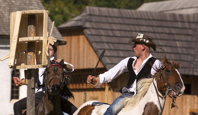 harte Männer am Kufenstechen in Poljana, Slowenien